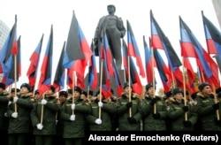 Парад курсантов военного училища у памятника Ленину в Донецке, находящемся под контролем пророссийских сепаратистов