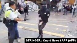 Հոնկոնգ - Ոստիկանը կրակում է ցուցարարի վրա, 11-ը նոյեմբերի, 2019թ․