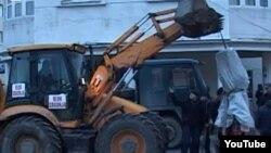 Отстранување на споменикот на ОВПМБ од центарот на Прешево.