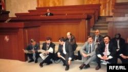 Галадоўка дэпутатаў Вярхоўнага Савету 12 красавіка 1995 году. Фота Лявона Дзейкі