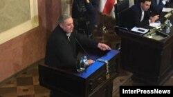 Гока Габашвили пристыдил депутатов «Мечты» за то, что они не выражают солидарность задержанному Надирадзе, а после повесил замок на микрофон трибуны сакребуло