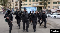 Каир көшелерінде жүрген полиция жасағы, Египет (Көрнекі сурет).