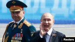 Министр обороны России Сергей Шойгу и президент России Владимир Путин. Москва, 9 мая, 2015 года