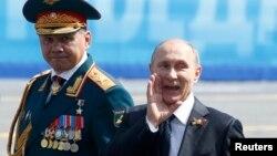 Президент Росії Володимир Путін (праворуч) та міністр оборони Росії Сергій Шойгу. Москва, травень 2015 року