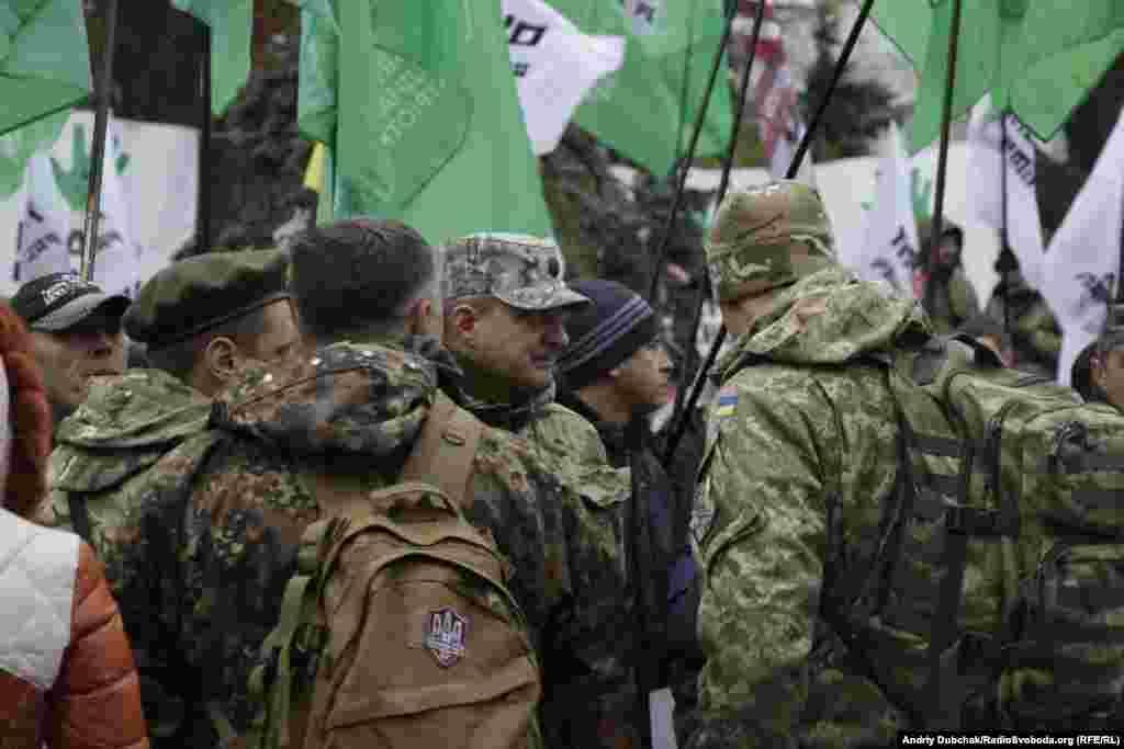 На мітингу були присутні люди у військовому одязі