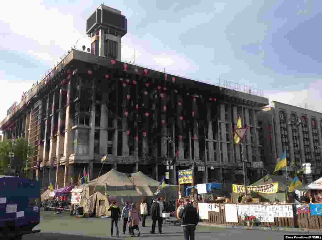Вид с площади на Дом профсоюзов. Черное - следы пожара
