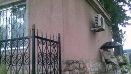 Эътирози як паноҳандаи афғон дар назди дафтари СММ дар Душанбе. Соли 2008-ум