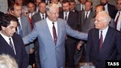 Rusiya Federasiyasının prezidenti Boris Yeltsin (ortada), Gürcüstanın Dövlət Şurasının sədri Eduard Shevardnadze (sağda) və Abxaziya Ali Sovetinin sədri Vladislav Ardzinba (sağda) münaqişənin nizamlanmasına dair görüşdən sonra.