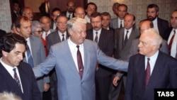 Президент РФ Борис Ельцин (в центре), председатель Госсовета Грузии Эдуард Шеварднадзе (справа) и председатель Верховного Совета Абхазии Владислав Ардзинба (слева) после завершения встречи по урегулированию конфликта