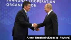 Сооронбай Жээнбеков и Владимир Путин на саммите ШОС в Бишкеке. 14 июня 2019 года.