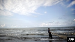 An Iranian fisherman pulls in his almost empty net after an unsuccessful fishing trip in the Caspian Sea in Koshk Estalkh village near the northern port city of Bandar-e Anzali on November 1, 2013. An environmental expert in Iran, told Isna news agency on