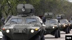 Zirehli maşınlar Muxrovani hərbi bazasına doğru irəliləyir, 5 may 2009