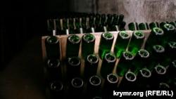 """Бутылки с вином в подвалах крымского завода """"Новый Свет"""""""