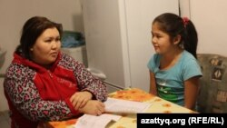 Оксана Назбаева с 11-летней дочерью Рузанной у себя дома. Село Березовка, Западно-Казахстанская область, 3 декабря 2014 года.