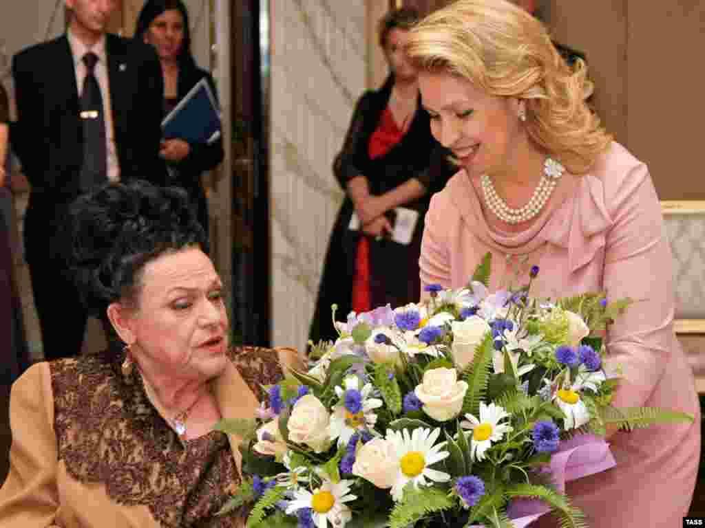 Первая леди Светлана Медведева поздравила с юбилеем знаменитую русскую певицу Людмилу Зыкину