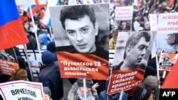Акси Борис Немтсов дар дасти роҳпаймоён. 29-уми феврали 2020