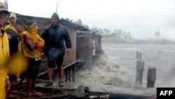 Жители филиппинского города Легаспи наблюдают за приближением тайфуна. 8 ноября 2013 года.