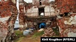 Внутри руин