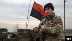 Боєць «Правого сектору» на позиції біля села Тоненьке, Донецька область. Березень 2015 року