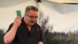 حسین زارع سال ۱۹۸۶ با دفترچهای از دستورغذاهای مادرش به آمریکا مهاجرت کرد