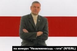 ПАД СЬЦЯГАМ НЕЗАЛЕЖНАСЬЦІ. Я — Iльля Копыл — на фоне Бел-Чырвона-Белага Сьцяга. 2010