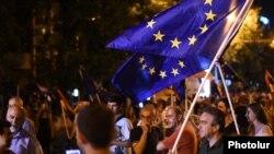 Yerevan etirazlarında Avropanın bayrağı qaldırılıb.