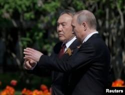 Қазақстан президенті Нұрсұлтан Назарбаев (сол жақта) пен Ресей президенті Владимир Путин. Мәскеу, 9 мамыр 2016 жыл.
