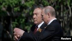 Президент Казахстана Нурсултан Назарбаев и президент России Владимир Путин у Кремлевской стены в день 71-й годовщины отмечаемой победы над нацистской Германией. 9 мая 2016 года.