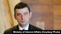 Глава правительства отметил, что такие решения, как закрытие пункта пропуска усугубляют гуманитарную ситуацию и наносят значительный ущерб обстановке безопасности на месте