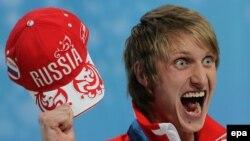Bryi klizač Ivan Skobrev iz Rusije slavi svoju srebrnu medalju u Vankuveru 2010.