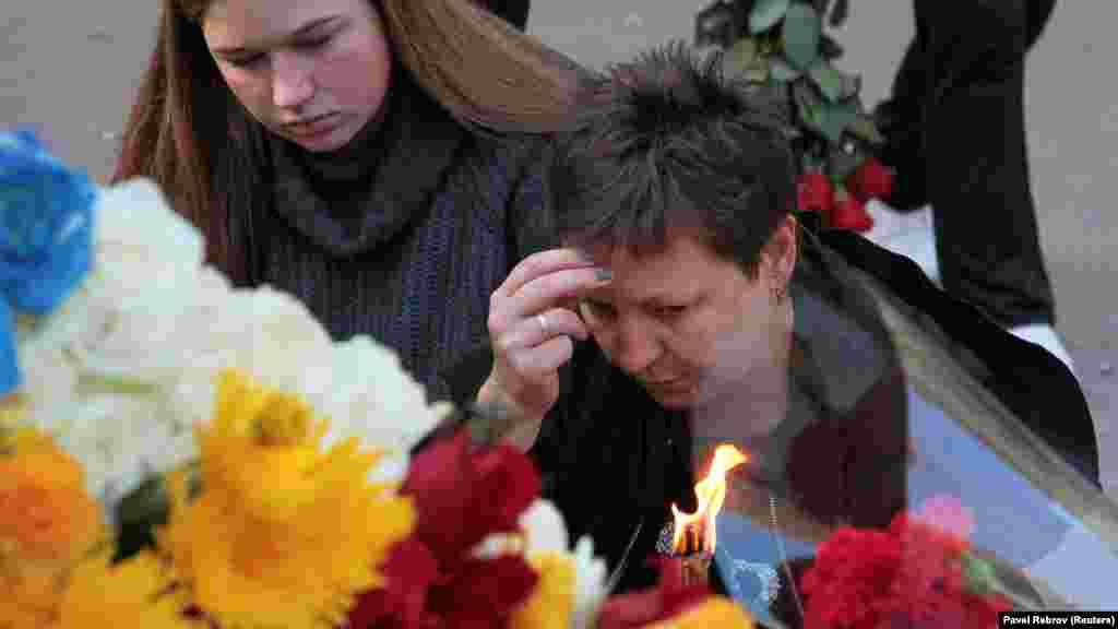 Сюда приходят как близкие погибших и пострадавших, так и керчане, которые хотят выразить свои соболезнования