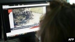 Новинар гледа снимка од пукањето во седиштето на Јутјуб.