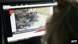 YouTube штаб-пәтерінде атыс болғаны туралы хабарламаны компьютерден қарап отырған журналист. 3 сәуір 2018 жыл.