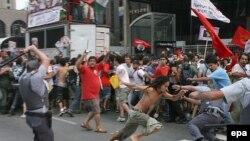 اين تظاهرات که روز پنج شنبه برپا شد، به درگيری ميان پليس و معترضين انجاميد. در اين درگيری ها، دستکم ۱۶ افسر پليس مجروح شدند.