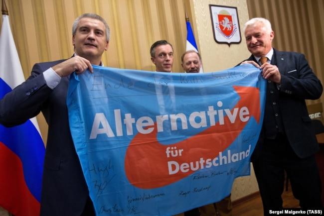 Подконтрольный России глава Крыма Сергей Аксенов (слева) встречается с представителями немецкой партии «Альтернатива для Германии». Симферополь, 8 февраля 2018 года