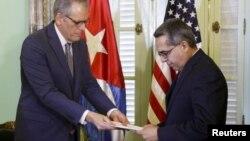Куба. Глава миссии интересов США в Гаване Джеффри ДеЛаурентис передает письмо от президента США Барака Обамы исполняющему обязанности главы МИД Кубы Марчелино Медине