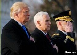 Обраний президент США Дональд Трамп та обраний віце-президент Майк Пенс (С) беруть участь у церемонії покладання вінків на Національному кладовищі Арлінгтон за межами Вашингтона, 19 січня 2017 року, за день до інавгурації Трампа