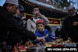 CHINA - Musulmanii mănâncă înainte de începerea lunii de post a Ramadanului, la Moscheea Niujie din Beijing, China, 13 aprilie 2021