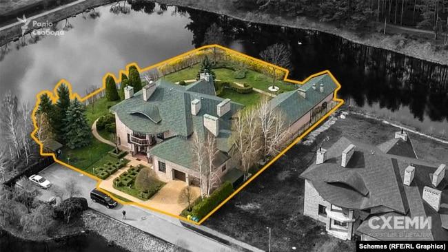 Журналістів зацікавив двоповерховий маєток площею понад 600 квадратних метрів, з території якого є доступ до водойми