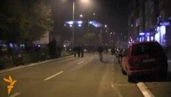 Policia shpërndan turmën me gaz lotsjellës
