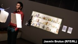 Filip Andronik, pored dijela kolekcije ambalaže humanitarne pomoći izložene u Muzeju ratnog djetinjstva