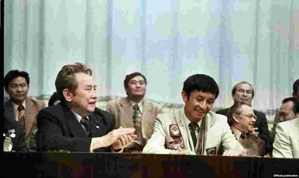 Жуманазаров 1980-жылы Кыргыз мамлекеттик дене тарбия институтун бүтүргөн. 1985-91-жылдары Бишкек шаарындагы «Колхозчу» жана «Эмгек резервдери» ыктыярдуу спорт коомдорунда машыктыруучу болуп эмгектенип, жаш жөө күлүктөргө тажрыйбасын бөлүшкөн.