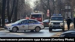 Полицейские и пожарная машины у здания Вахитовского райсуда Казани