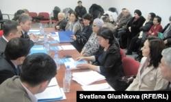 Участники круглого стола о ситуации с дольщиками в департаменте по исполнению судебных актов города Астаны. 19 февраля 2013 года.