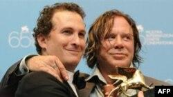 میکی رورک، بازیگر(راست) همراه با دارن آرونوفسکی، کارگردان فیلم «کشتی گیر» که برنده جایزه شیر طلایی ونیز شد.(عکس: AFP)
