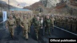 Президент Армении Серж Саргсян посещает одно из подразделений Армии обороны Нагорного Карабаха,12 ноября 2013 г.