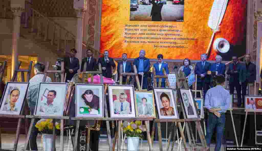 Эскерүү иш-чарасына Жогорку Кеңештин депуттары, коомдук ишмерлер, өлкөнүн алдыңкы журналистери катышты.
