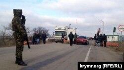 Ресей Украинадан аннексиялап алған Қырымдағы әкімшілік шекарадан өтіп бара жатқан адамдар. 30 желтоқсан 2014 жыл.