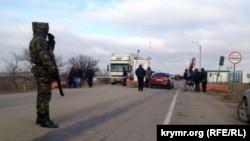Люди пересекают административную границу с Крымом пешком (иллюстрационное фото)