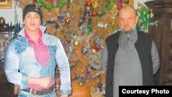 Дінбасы Василие Качавенданың (оң жақта) стриптизер Дейан Нестеровичпен 2010 жылы түскен суреті.